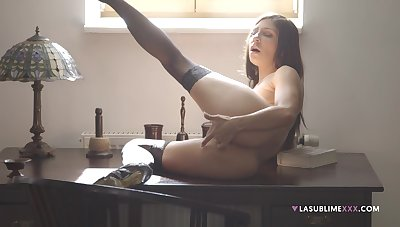 Seductive chick shows off working her pussy like magic