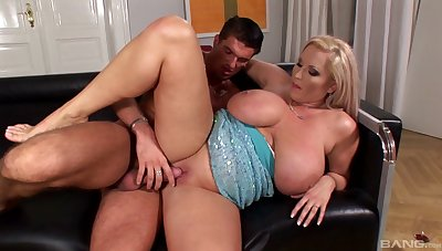 Full-grown mommy Laura Orsoia gives an amazing titjob before sex